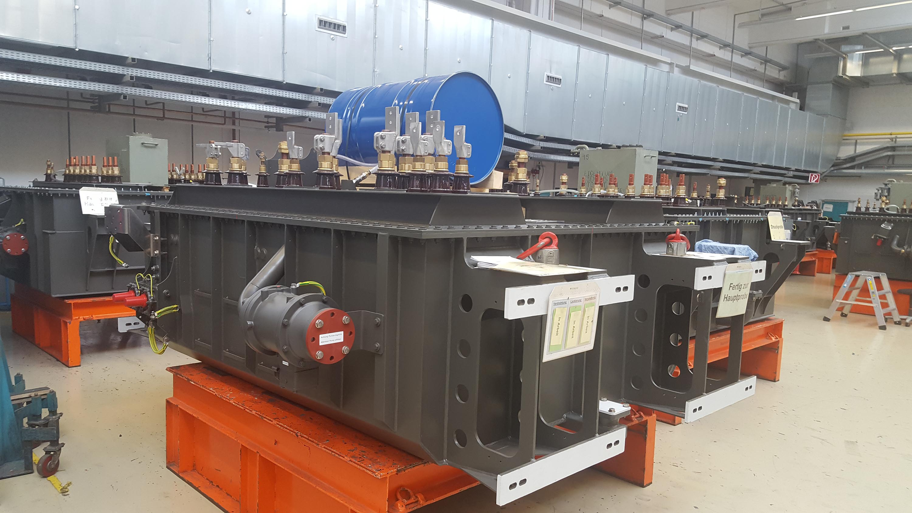 Transformers in production for ACS-64 locomotives (blue drum used as am expansion tank for the transformer coolant during shipping)